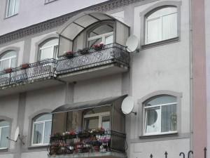 Навесы над балконом из поликарбоната — отличная защита от влаги