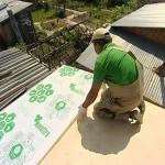Фото: Специалист производит монтаж поликарбоната