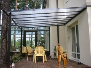 Навесы из поликарбоната — незаменимые конструкции для дачи