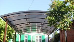 Навес во дворе из поликарбоната — надежная защита вашего дома