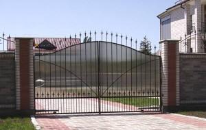 Ворота из поликарбоната — прочное украшение ландшафта