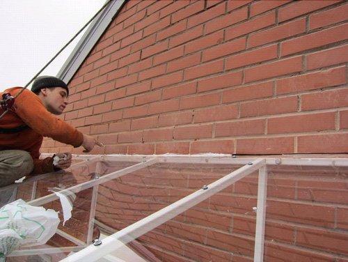 Монтаж поликарбоната на крышу своими руками 32