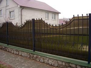 Кованые заборы с поликарбонатом — красивое и прочное ограждение двора