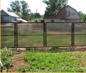 Забор из поликарбоната для дачи — красивое и прочное дачное ограждение