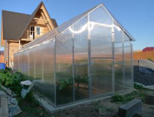 Двускатные теплицы из поликарбоната — классический парник на даче