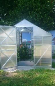 Теплица «Дачная Звездочка»из поликарбоната — комфортный парник с двускатной крышей