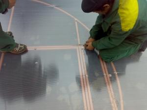 Фото: Монтаж полотен покрытия