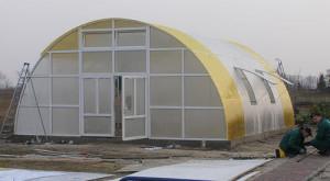 Фото: Сборка тепличного сооружения крупных размеров