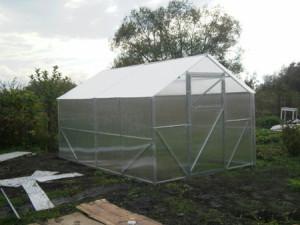 Теплица домиком из поликарбоната — идеальный вариант для хорошего урожая